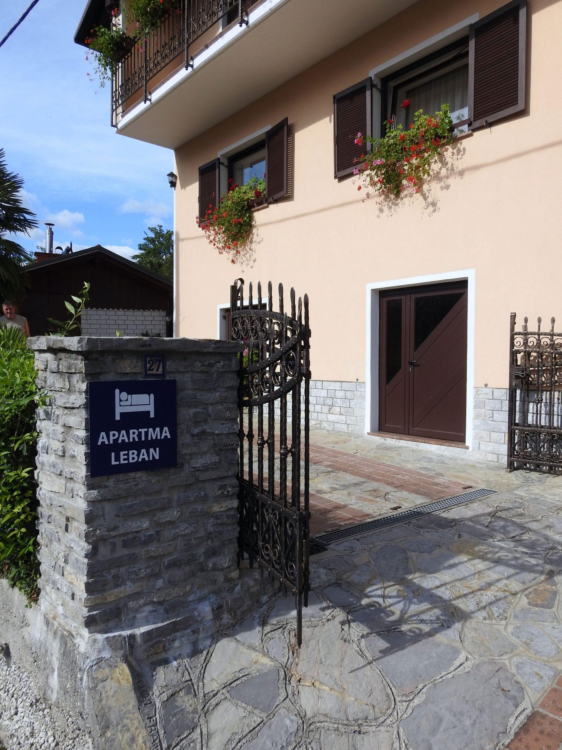 Apartma Leban - Zgornji vhod na dvorišče in parkirišče